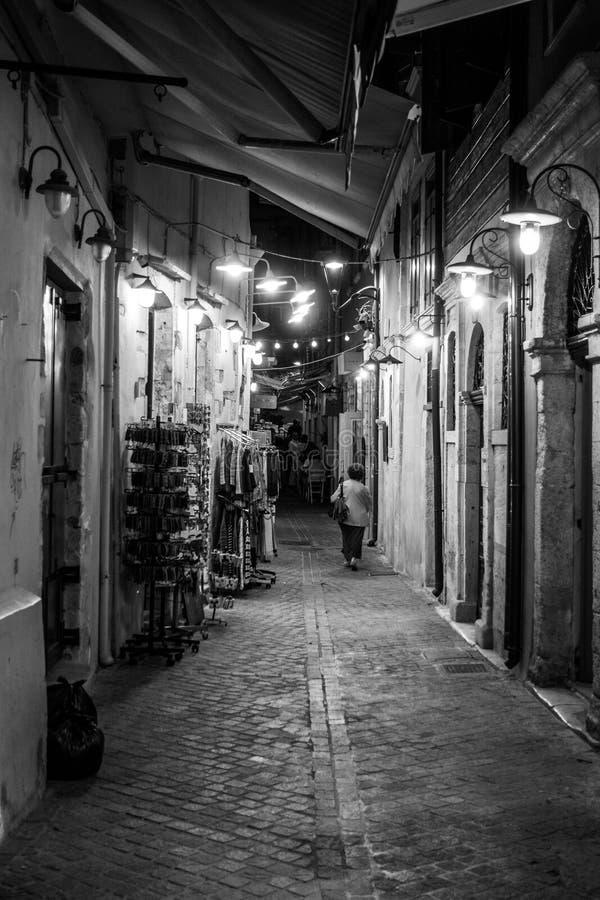 Femme descendant une allée, Chania, Crète, Grèce image stock