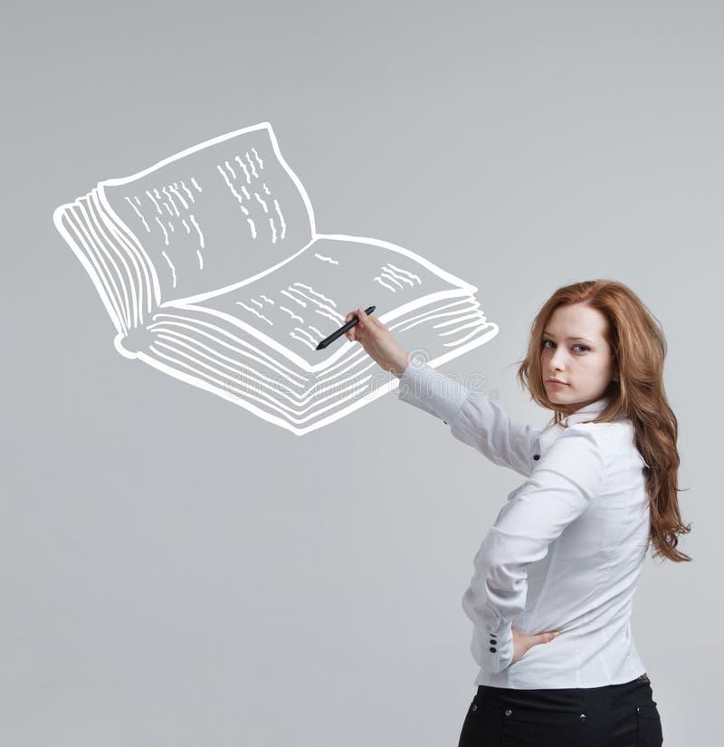 Femme dessinant un livre photos libres de droits