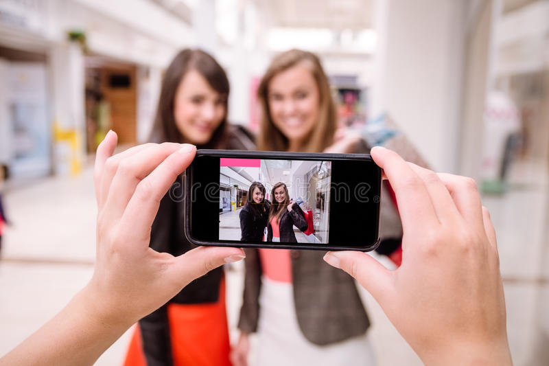 Femme deux cliquant sur une photo dans le téléphone images stock