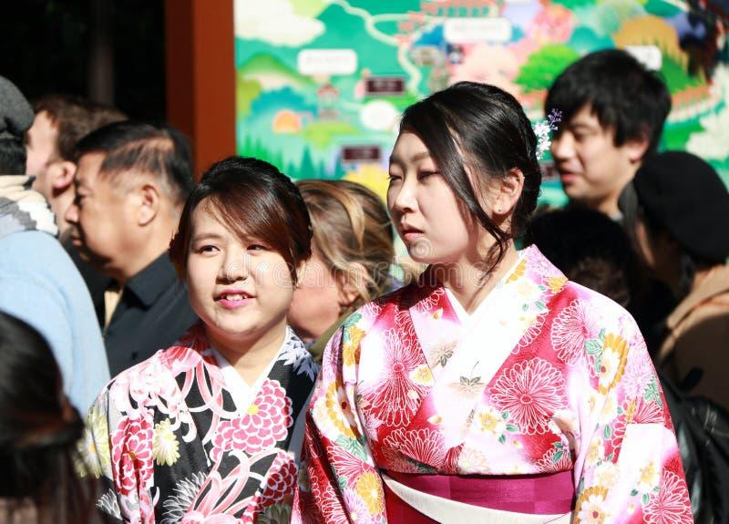 Femme deux dans la robe de kimono au tombeau de Fushimi Inari photographie stock