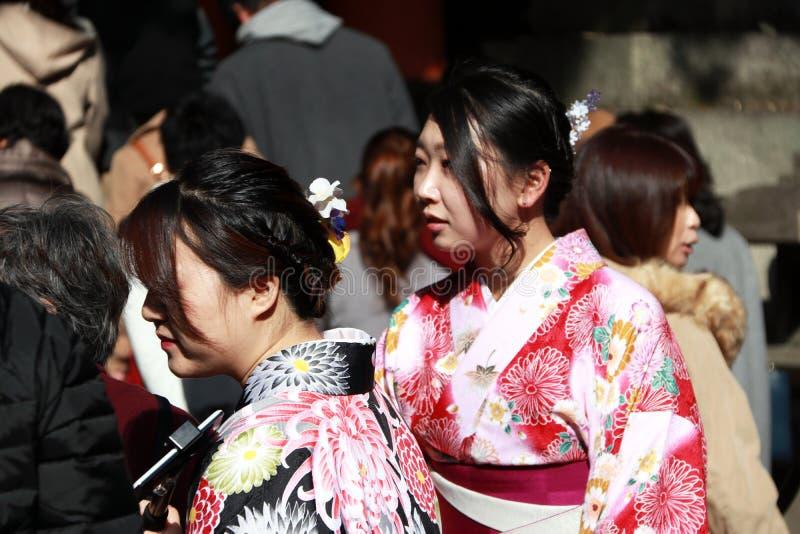Femme deux dans la robe de kimono parmi le voyageur au tombeau japonais photo libre de droits
