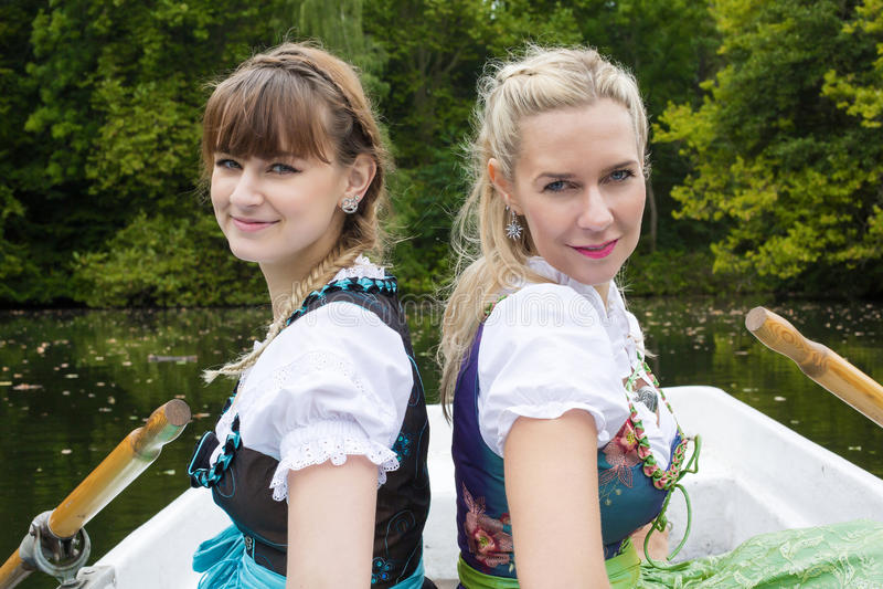 Download Femme Deux Dans Un Bateau à Rames Image stock - Image du robe, lifestyle: 45366943