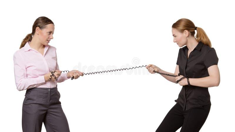 Femme deux tirant sur un câblage téléphonique photo libre de droits