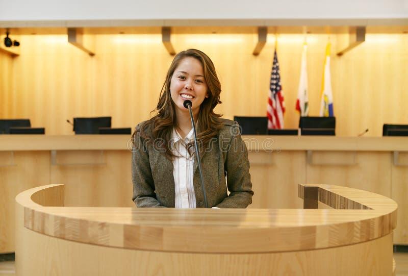 Femme devant le tribunal photos libres de droits