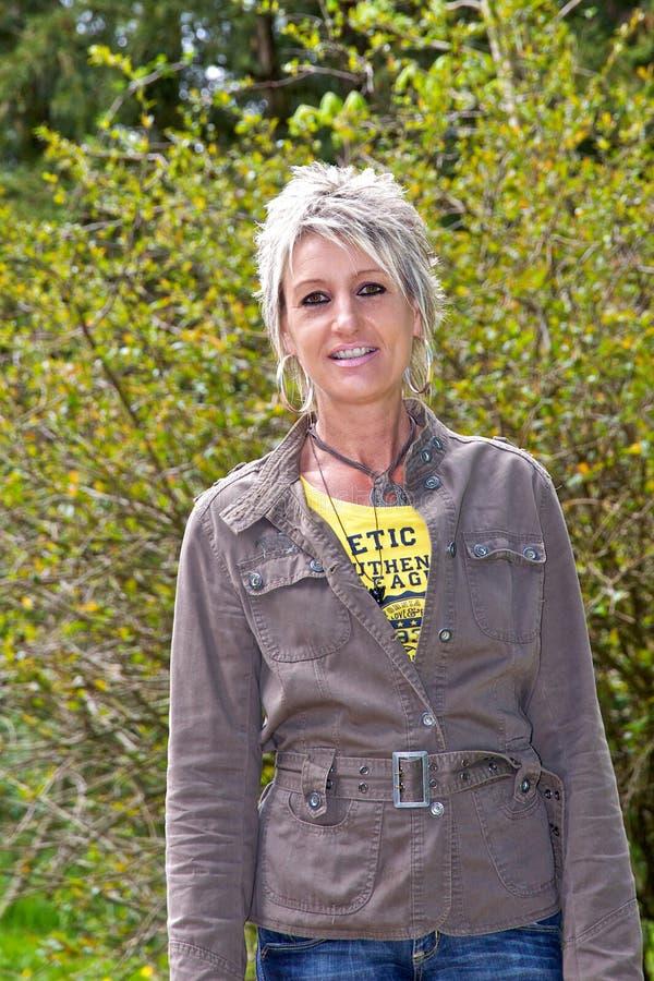 Femme devant un buisson images libres de droits