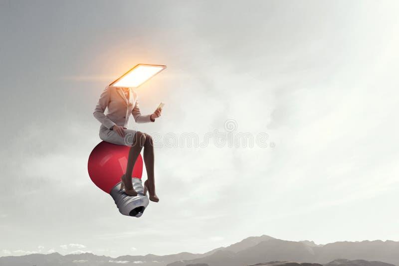 Femme dirigée par moniteur Concept d'efficacit? d'affaires Media m?lang? photo libre de droits