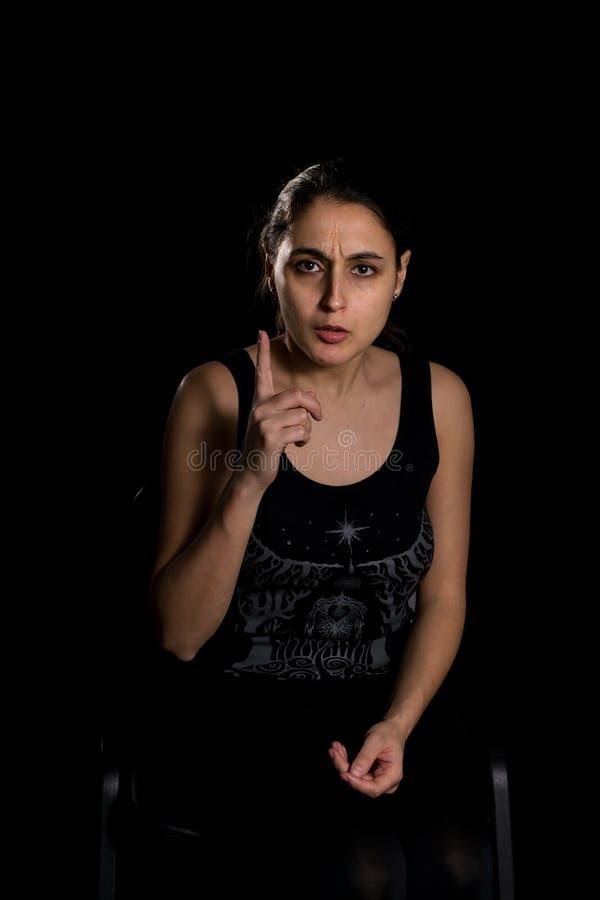 Femme dirigeant le doigt photo stock