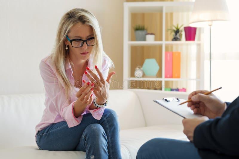 Femme discutant des problèmes de relations au bureau de thérapeute photo libre de droits