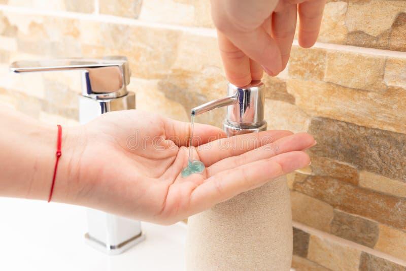 Femme disposant à laver des mains image libre de droits