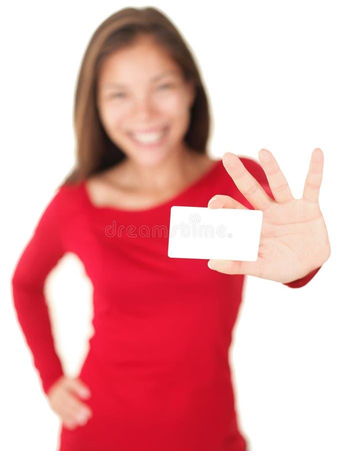 Femme donnant la carte de visite professionnelle de visite/carte de cadeau photo libre de droits