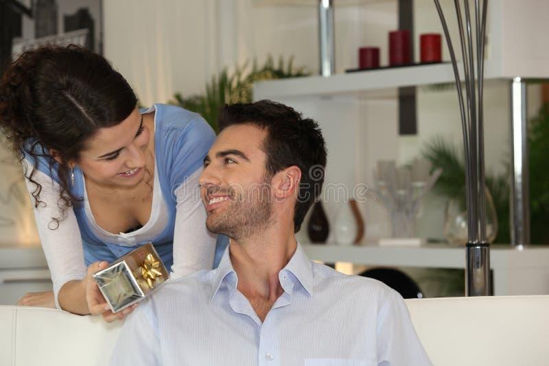 Femme donnant le cadeau à l'ami images stock