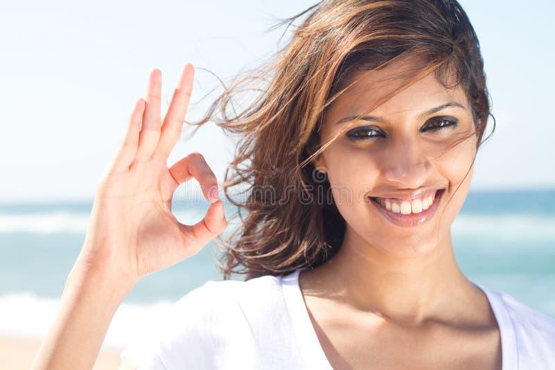 Femme donnant le signe en bon état images stock