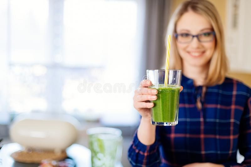 Femme donnant le smoothie dans la tasse en verre images libres de droits