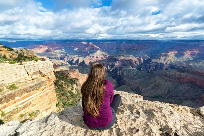 Femme donnant sur Grand Canyon photographie stock