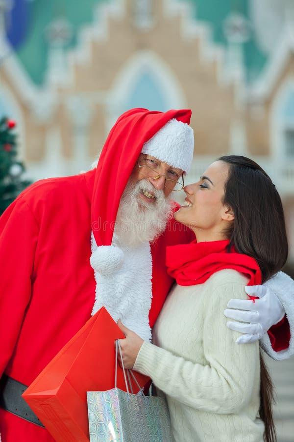 Femme donnant un baiser à Santa photo stock
