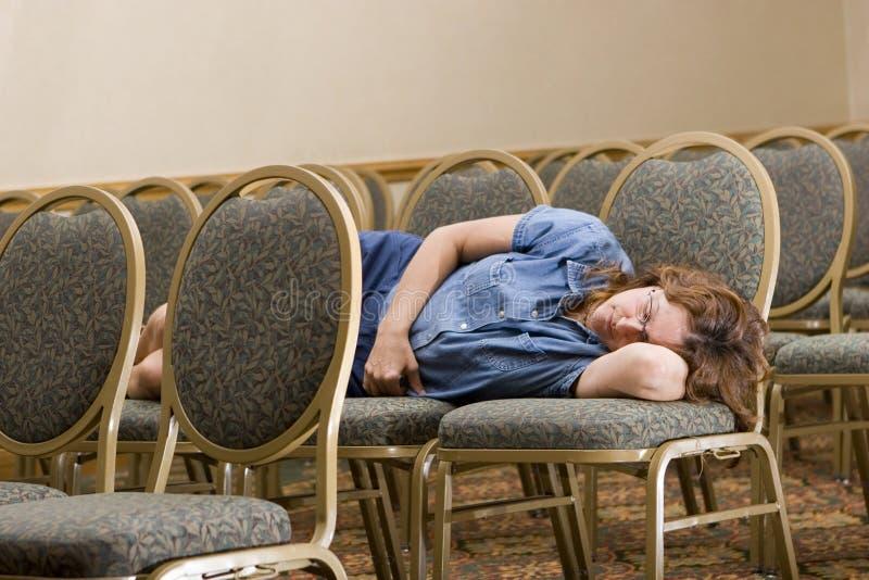 Femme dormant à la conférence ennuyeuse images libres de droits