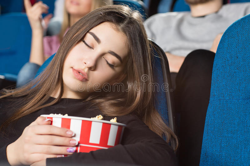 Femme dormant au cinéma images libres de droits
