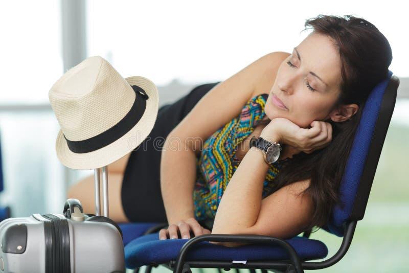 Femme dormant dans le terminal d'a?roport photo stock