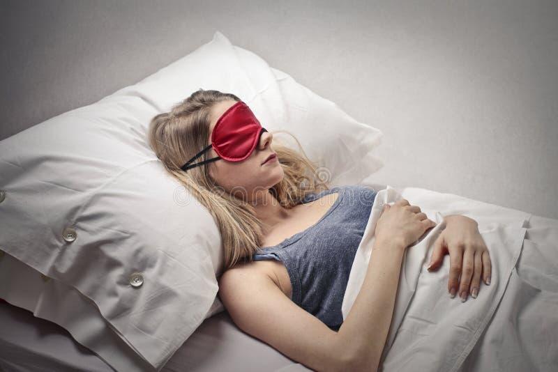 Femme dormant dans son lit photos libres de droits