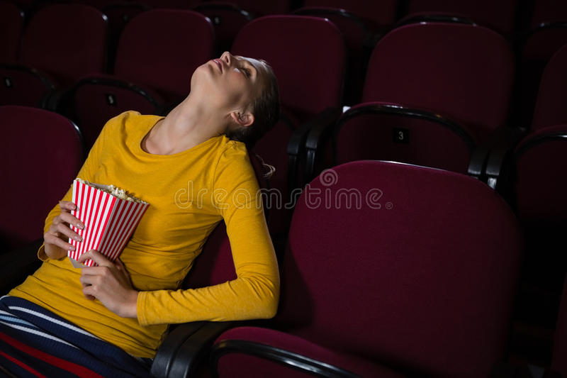 Femme dormant dans un théâtre de film image libre de droits