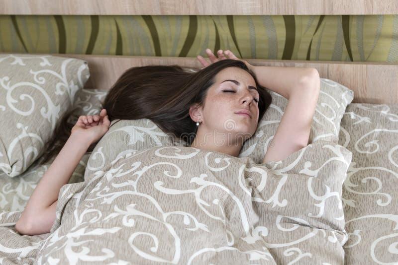 Femme dormant sous une couverture image libre de droits