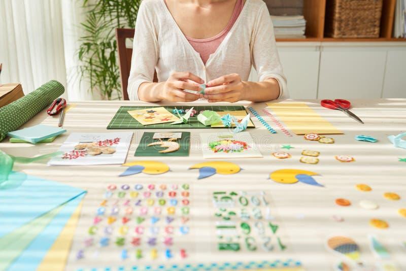 Femme douée faisant des cartes de voeux photo stock