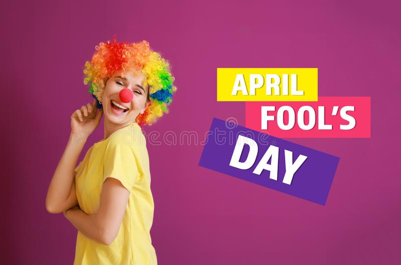 """Femme drôle avec le décor de partie pour April Fools \ le """"jour sur le fond de couleur photographie stock libre de droits"""