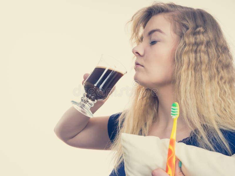 Femme dr?le ?tant caf? potable tardif photo stock