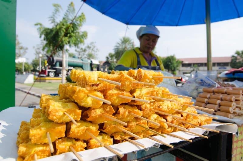 Femme du marché vendant des saucisses. images stock