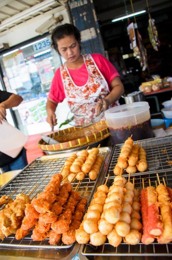Femme du marché vendant la boulette de viande. images stock