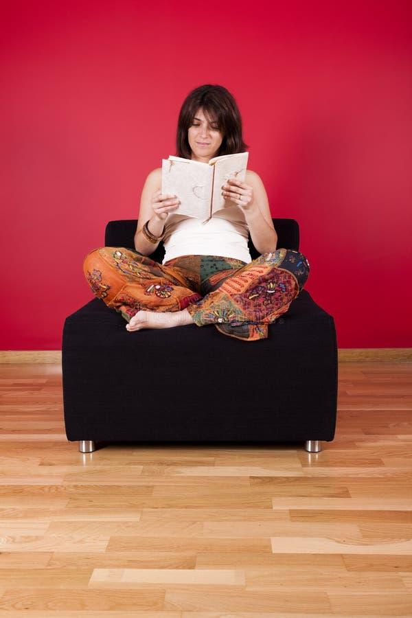 femme du relevé de livre photos stock