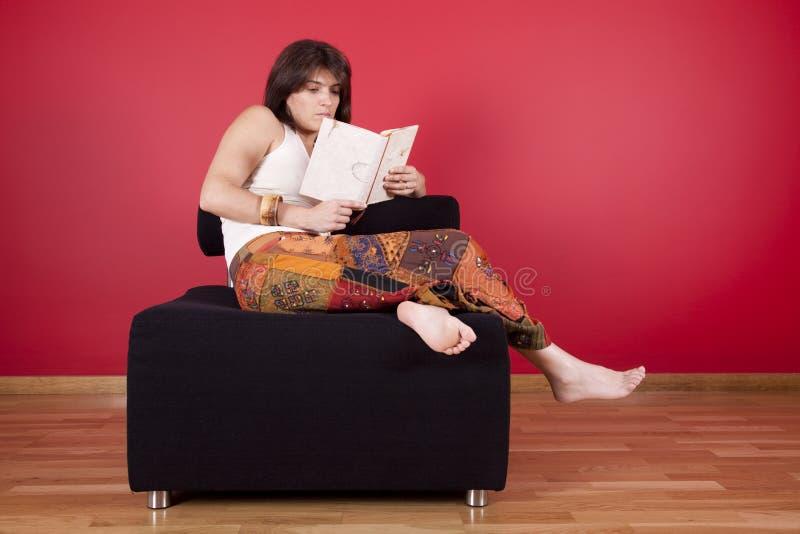 femme du relevé de livre image libre de droits