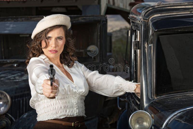 Femme dure tenant l'arme à feu photographie stock libre de droits
