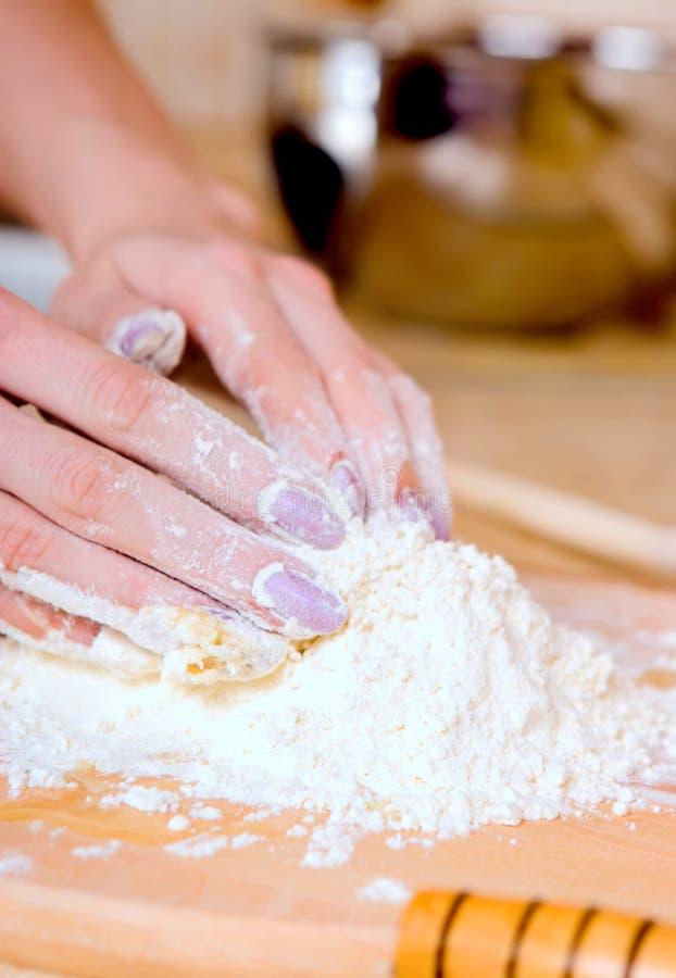 Femme effectuant le gâteau images libres de droits