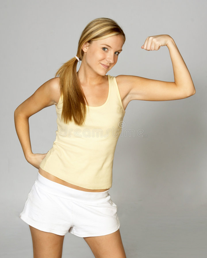 Femme effectuant un muscle photographie stock libre de droits