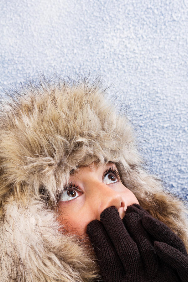Femme effrayé avec le chapeau de fourrure chaud photo stock