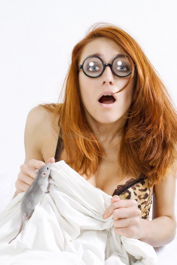 Femme effrayé par le rat photos stock