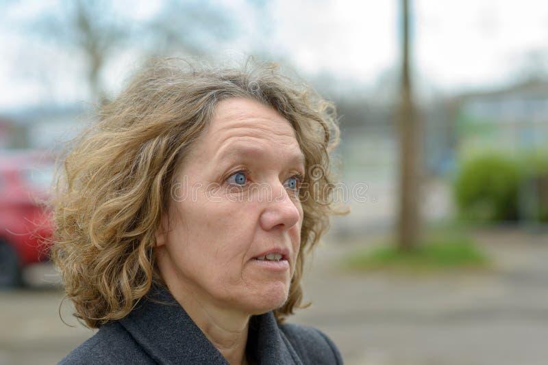 Femme effrayée avec un regard d'incrédulité image libre de droits