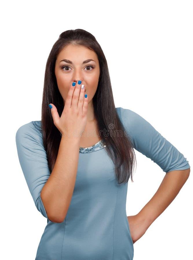 Femme effrayée couvrant sa bouche à la main photo stock