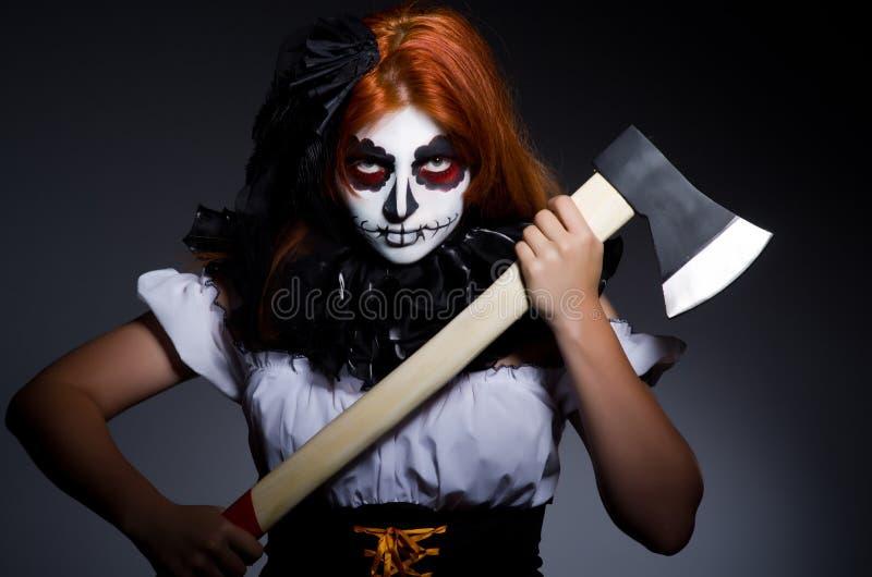 Femme effrayante avec la hache en métal photo stock