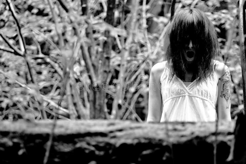 Femme effrayante d'horreur photographie stock