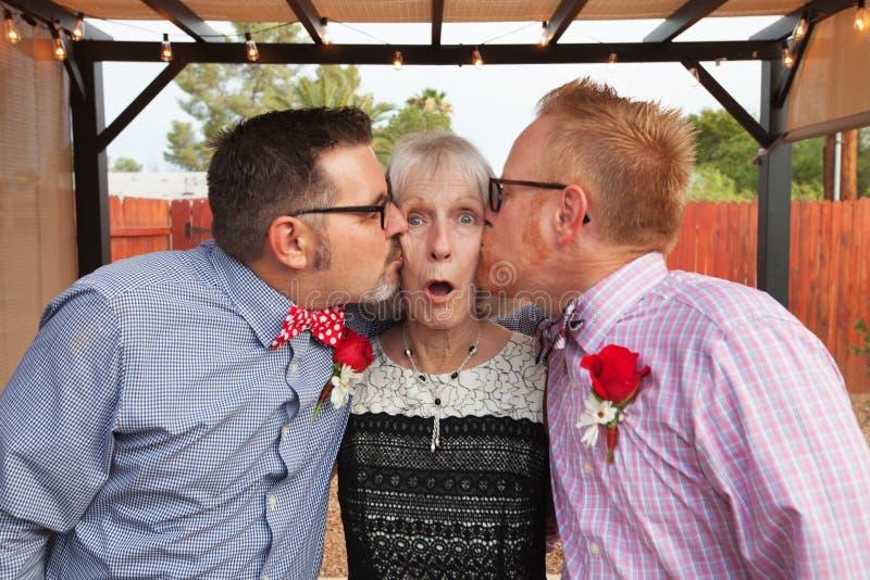 Femme embrassée par deux hommes images stock