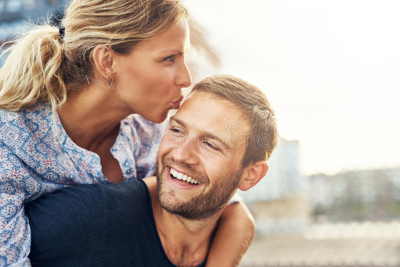 Femme embrassant l'homme photographie stock libre de droits