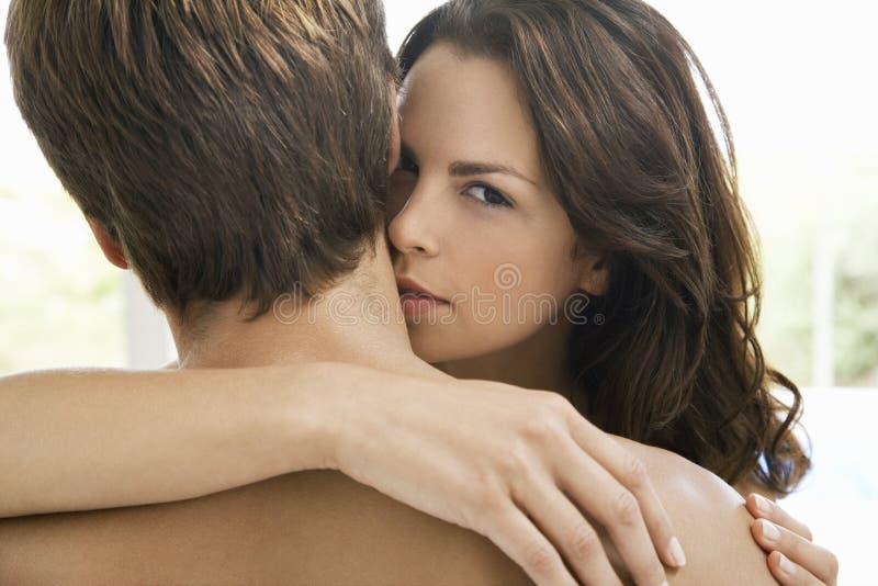 Femme embrassant sur le cou de l'homme photos stock
