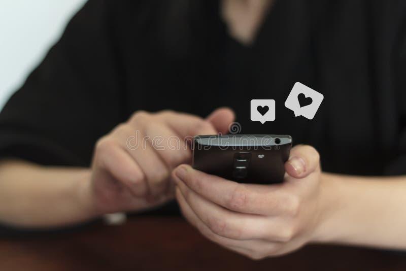 Femme employant datant l'appli au téléphone photo stock