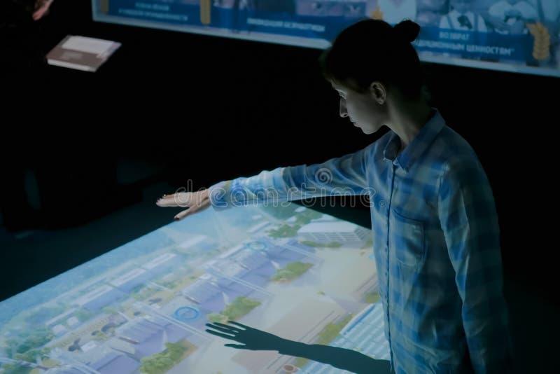 Femme employant l'affichage interactif sans la technologie ? commande par effleurement photo libre de droits