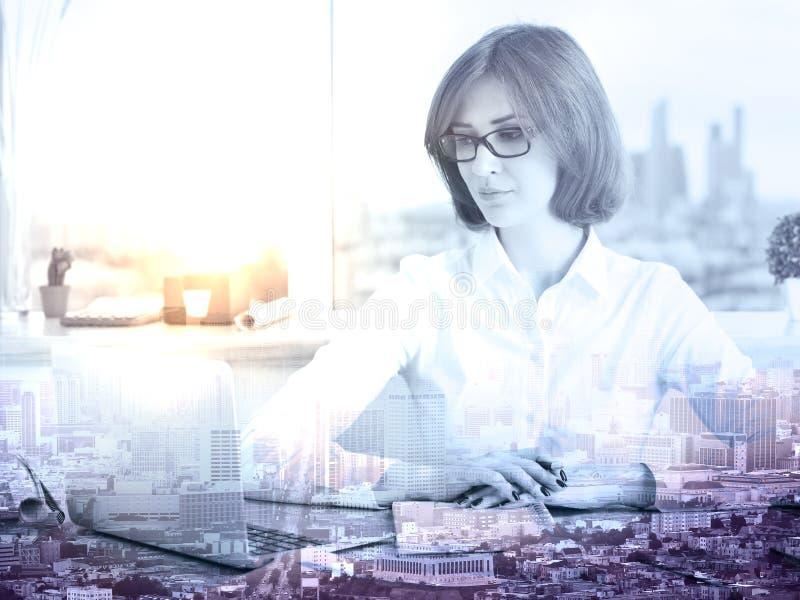 Femme employant le multiepxosure d'ordinateur portable image libre de droits