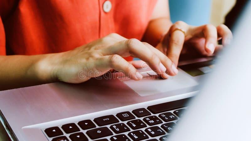 Femme employant un fond d'ordinateur de labtop images libres de droits