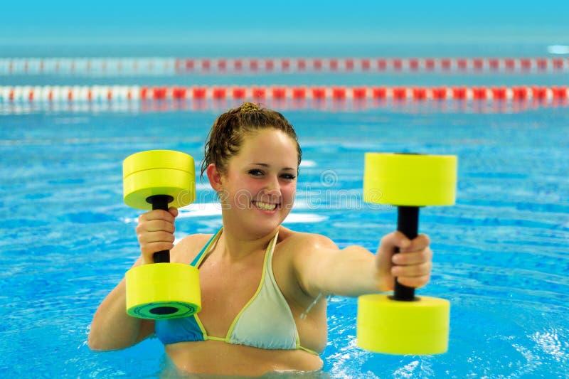 Femme en aqua aérobie photographie stock libre de droits