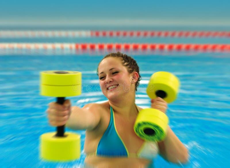 Femme en aqua aérobie photo stock
